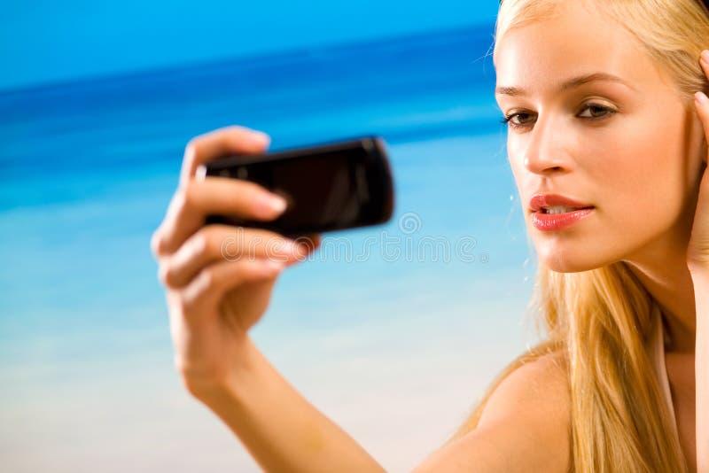 Femme dans le bikini sur la plage photos libres de droits