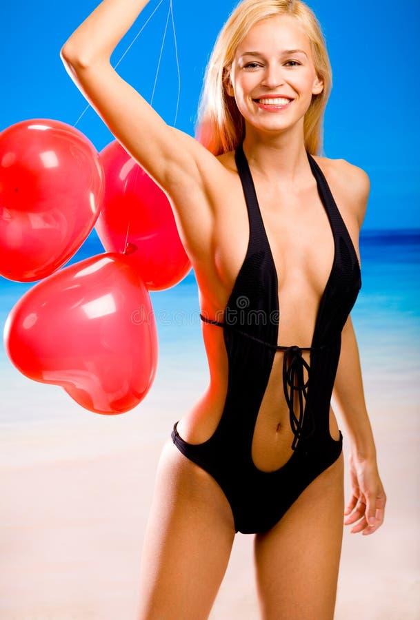 Femme dans le bikini sur la plage de mer image stock