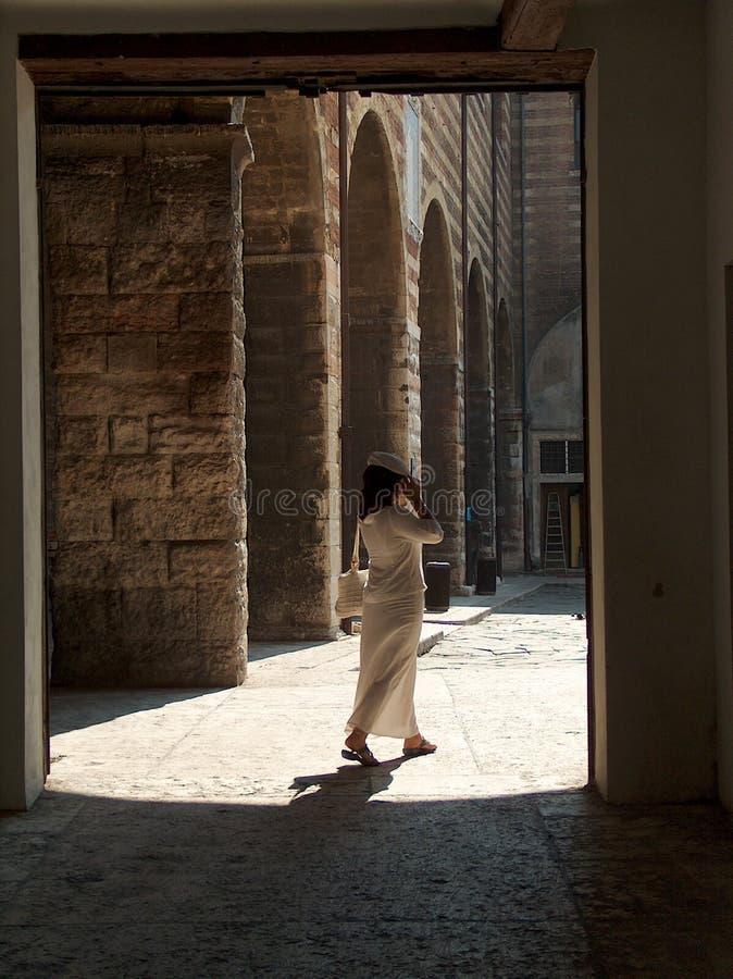 Femme dans le blanc images libres de droits