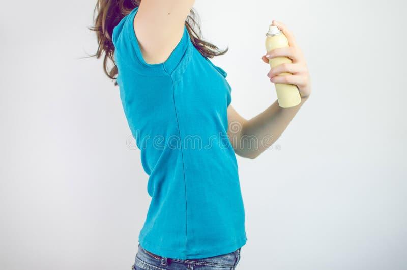 Femme dans le bleu utilisant un désodorisant de jet image libre de droits