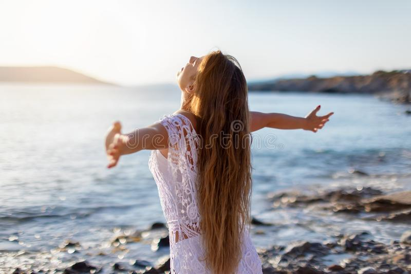 Femme dans le bonheur sur la plage photos libres de droits