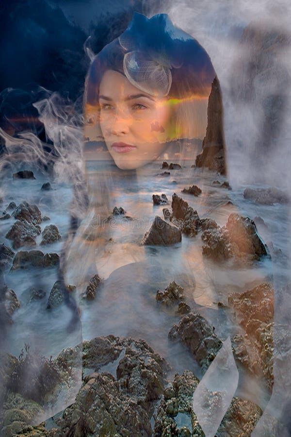 Femme dans le brouillard et les roches image stock