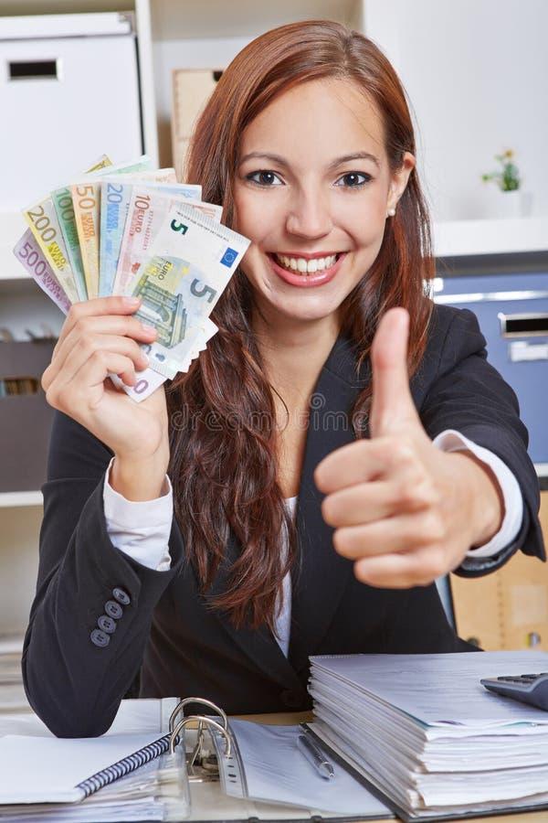 Femme dans le bureau avec l'encaisse monétaire photographie stock libre de droits