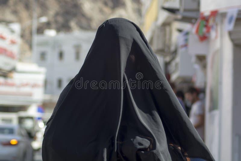 Femme dans le burka Oman photographie stock