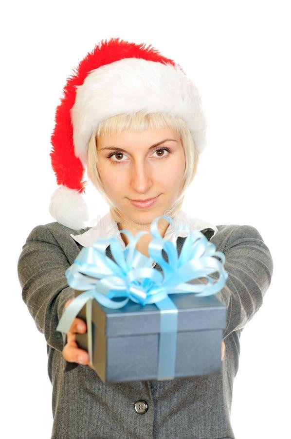 Femme dans le cadre de cadeau de fixation du chapeau de Santa image stock