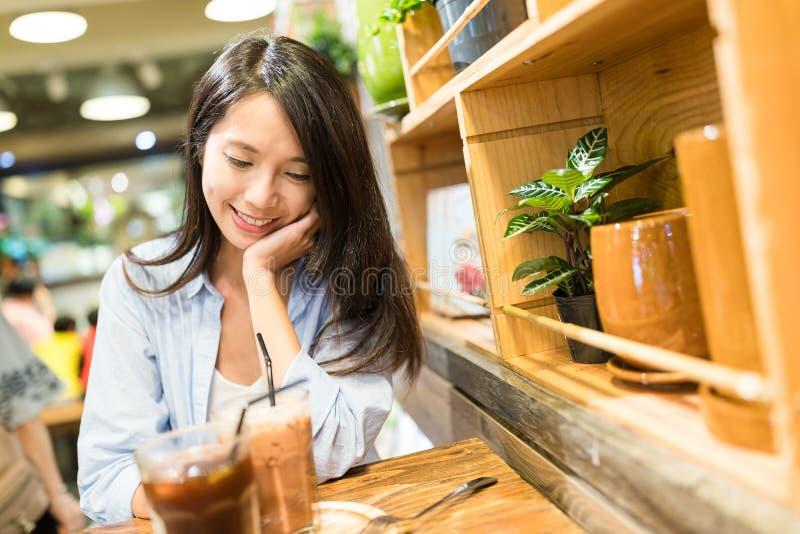 Femme dans le café-restaurant photos libres de droits