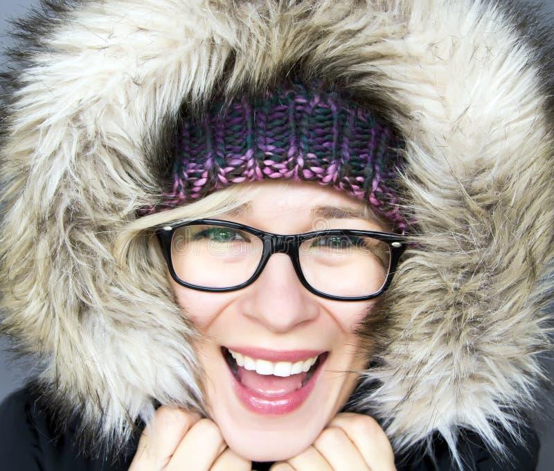 Femme dans le capot d'hiver images libres de droits