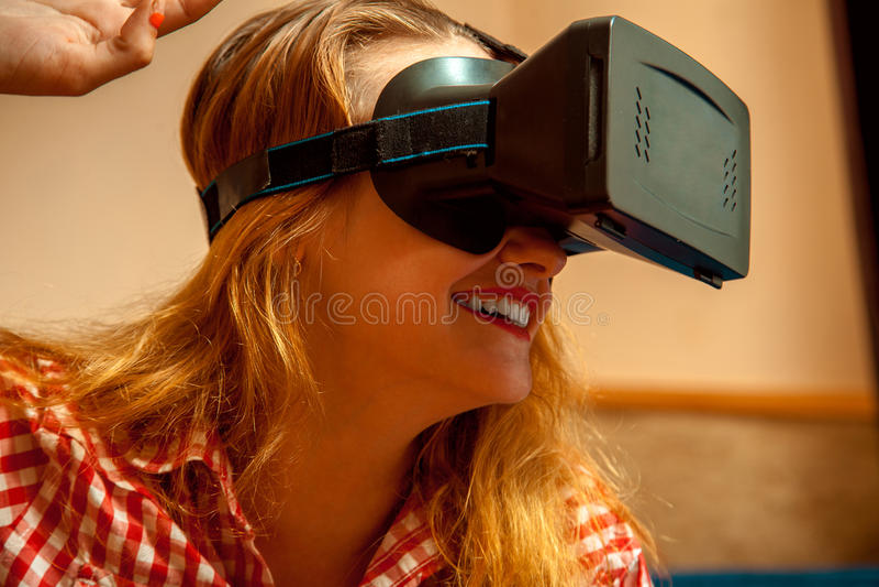 Femme dans le casque de réalité virtuelle image stock