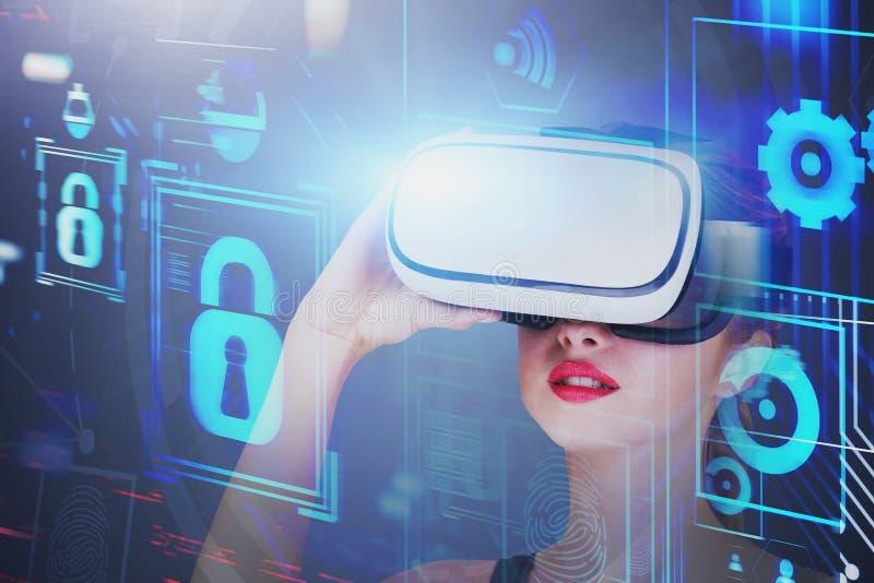 Femme dans le casque de VR, interface d'affaires photographie stock