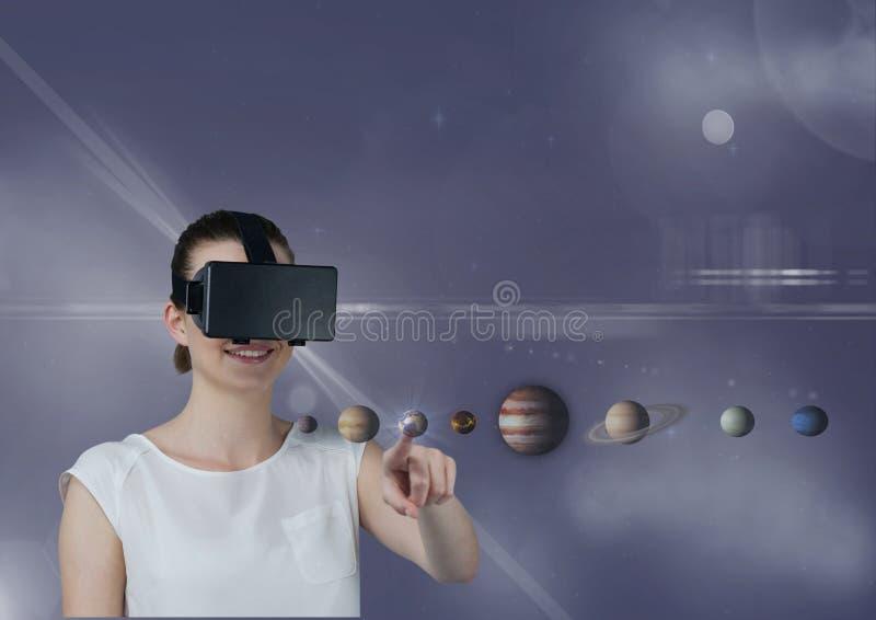 Femme dans le casque de VR touchant les planètes 3D avec des fusées sur le fond pourpre illustration stock