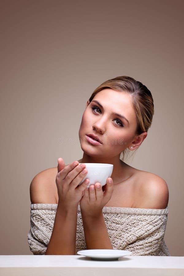 Femme dans le chandail avec la cuvette de café aromatique photographie stock libre de droits