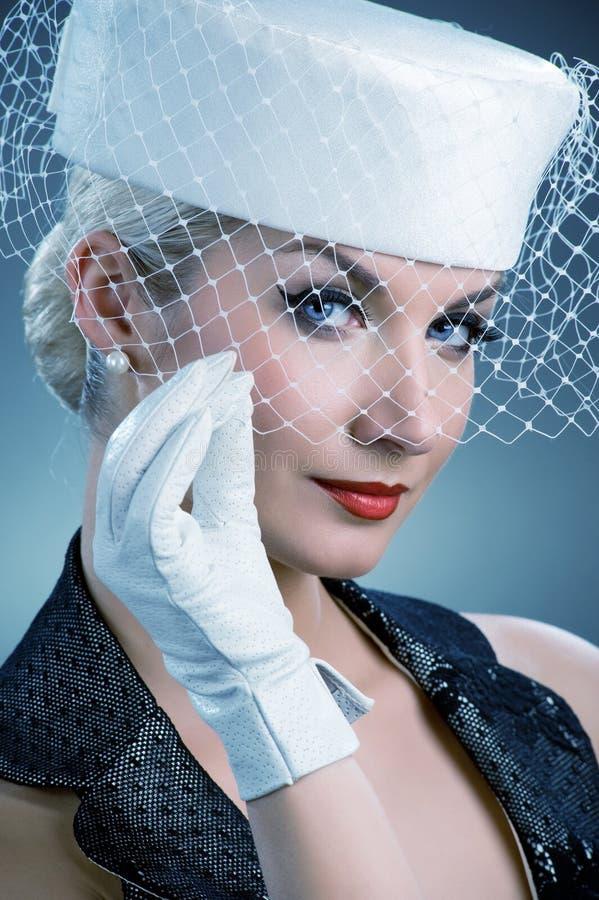 Femme dans le chapeau blanc avec le voile net image libre de droits