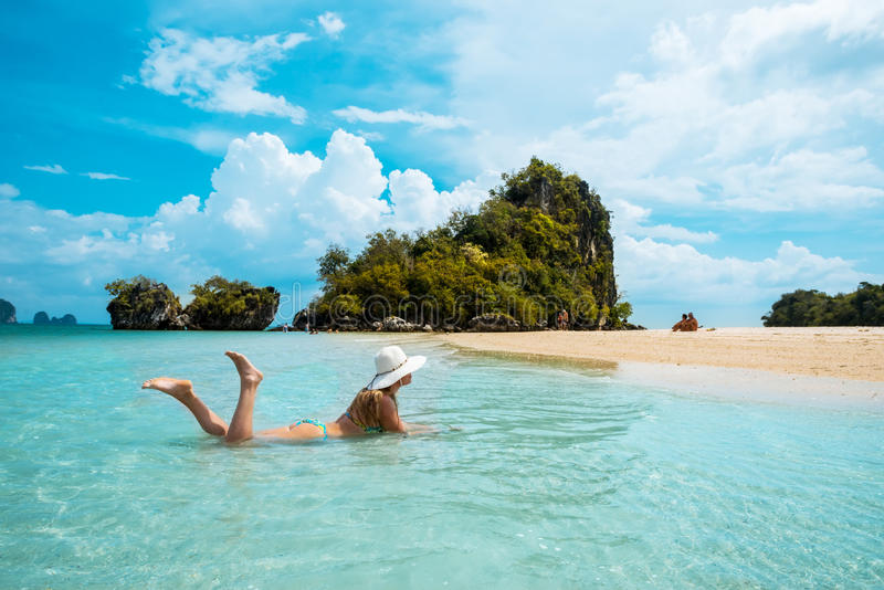 Femme dans le chapeau de paille reposant la plage tropicale de la Thaïlande photographie stock libre de droits