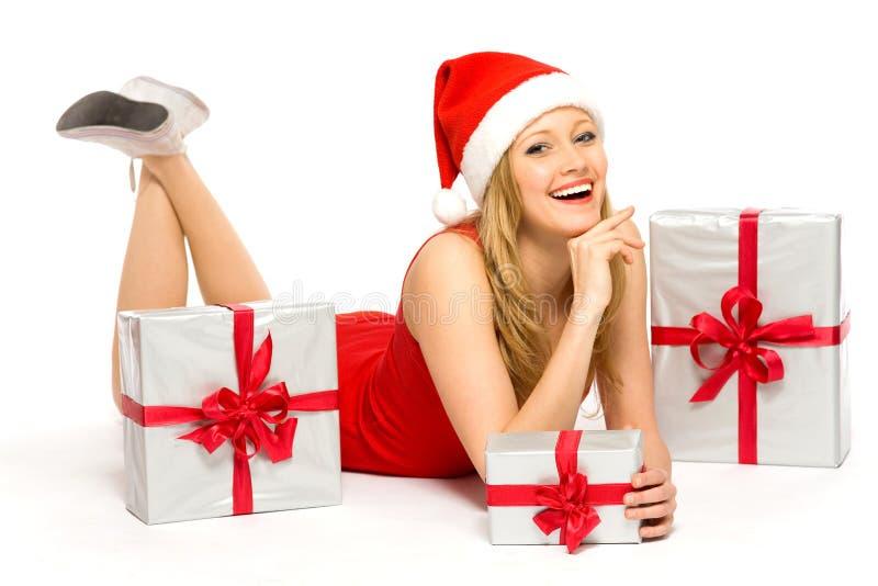 Femme dans le chapeau de Santa avec des cadeaux de Noël photo libre de droits