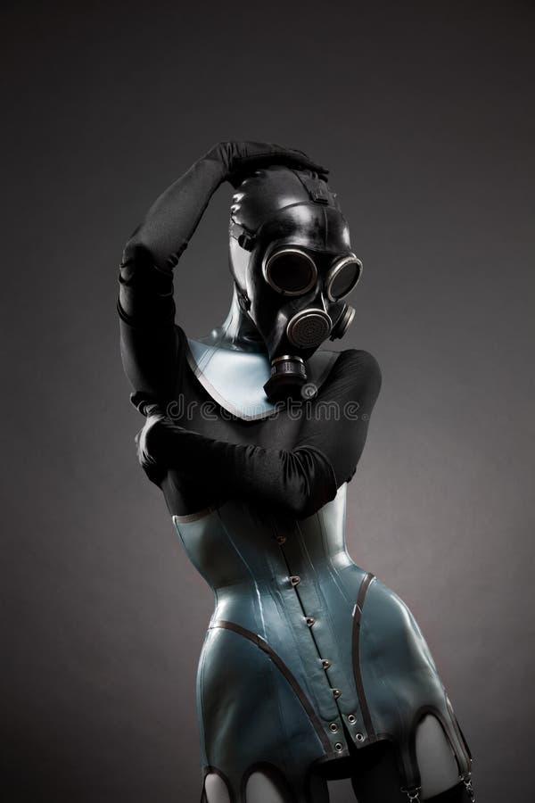 Femme dans le corset de latex et le masque de gaz photo libre de droits