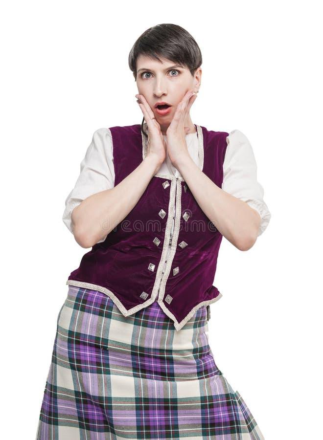 Femme dans le costume écossais traditionnel étonnée photos libres de droits