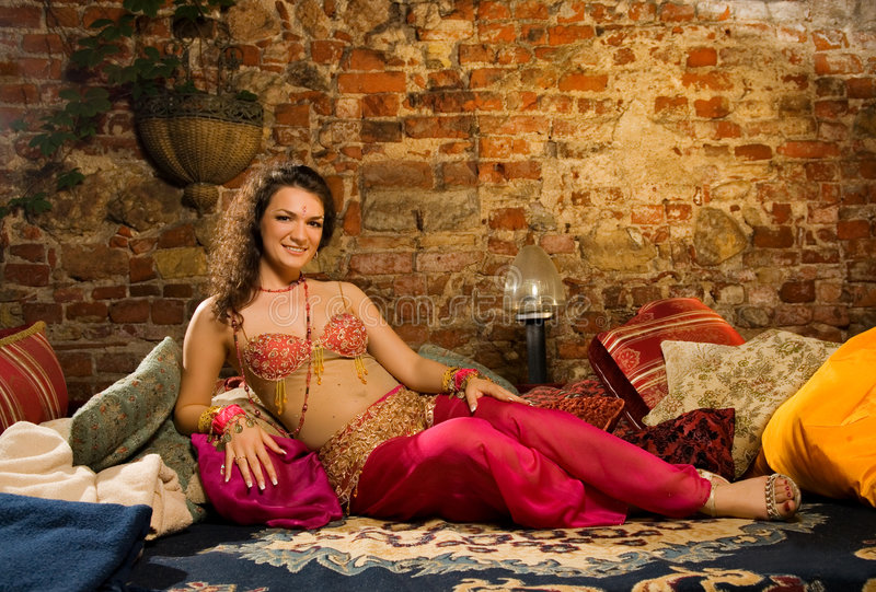 Femme dans le costume arabe images stock