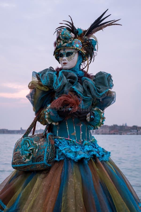 Femme dans le costume, le chapeau fait varier le pas et le masque, photographiés pendant chez le San Giorgio pendant le carnaval  photographie stock