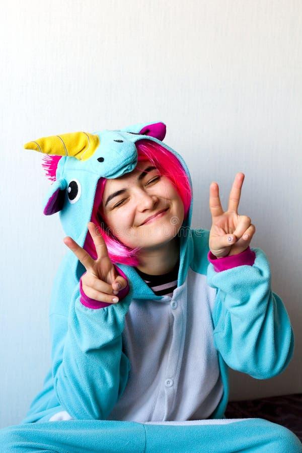 Femme dans le costume de licorne de kigurumi photo libre de droits