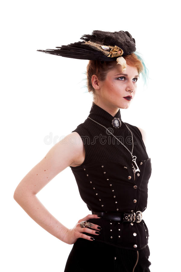 Femme dans le costume de pirate d'isolement au-dessus du fond blanc photographie stock libre de droits