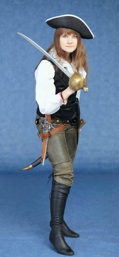 Femme dans le costume de pirate sur le fond bleu photo stock
