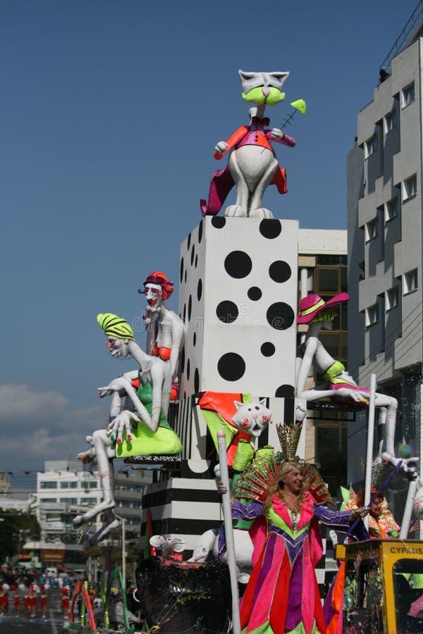 Femme dans le costume de reine montant un flotteur avec des poupées de carnaval image stock