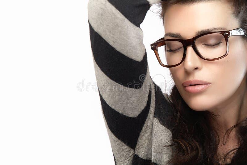 Femme dans le débardeur rayé tenant ses cheveux Eyewear à la mode frais image stock