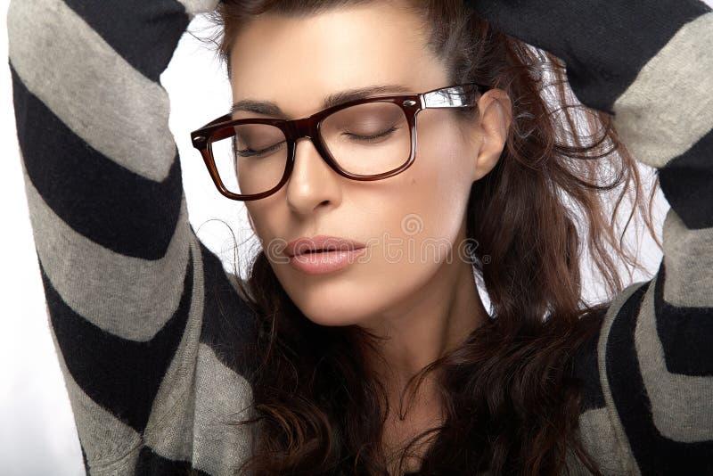 Femme dans le débardeur rayé tenant ses cheveux Eyewear à la mode frais images libres de droits