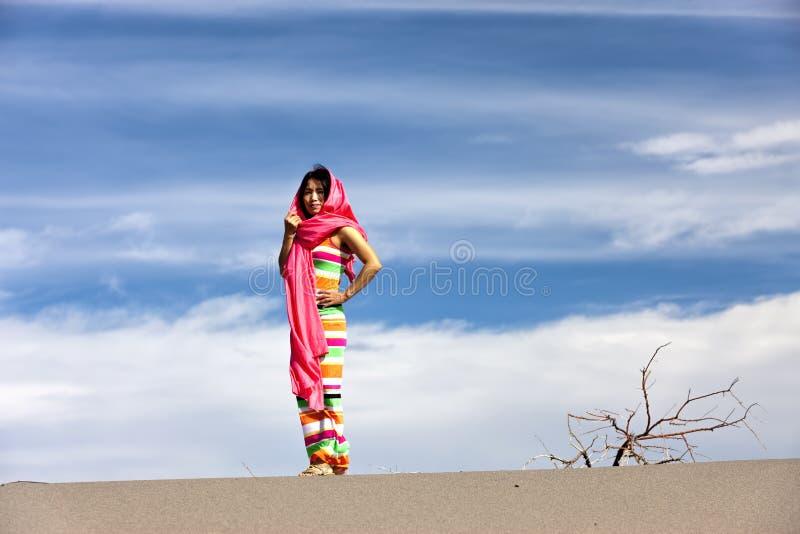 Femme dans le désert. photographie stock