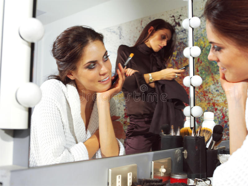 Femme dans le dlm de vestiaire photos stock