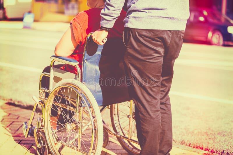 Femme dans le fauteuil roulant images stock