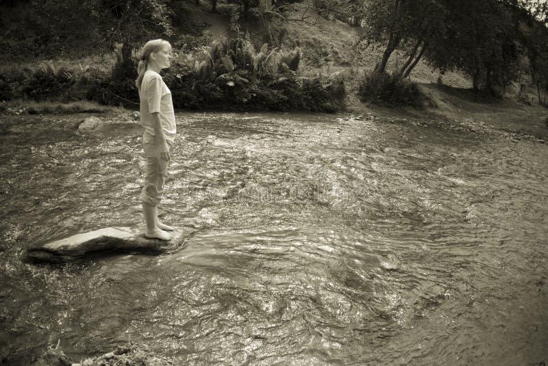 Femme dans le fleuve photos libres de droits