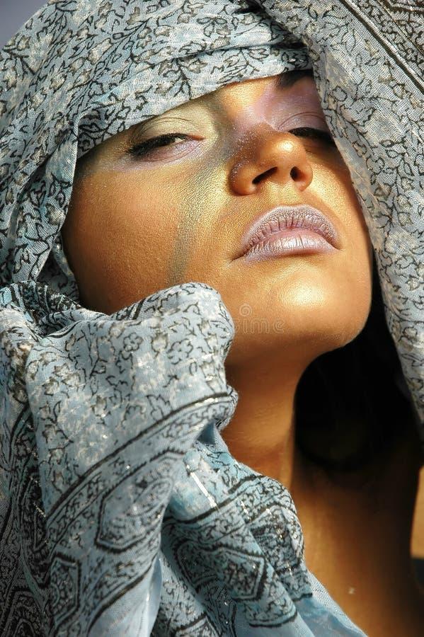 Femme dans le foulard images stock