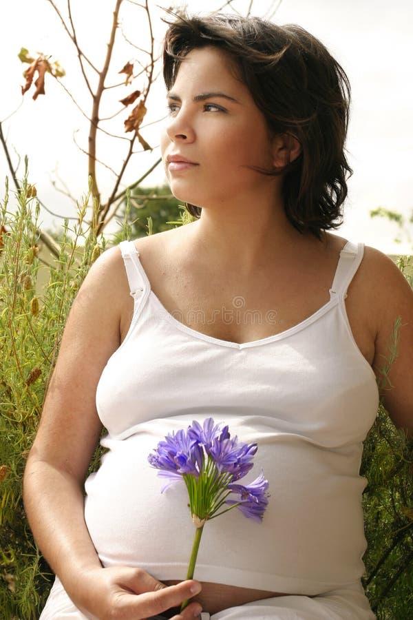 Femme dans le jardin image libre de droits