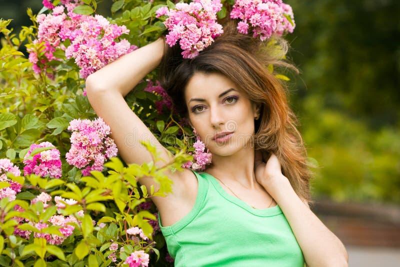 Femme dans le jardin avec des fleurs photo stock