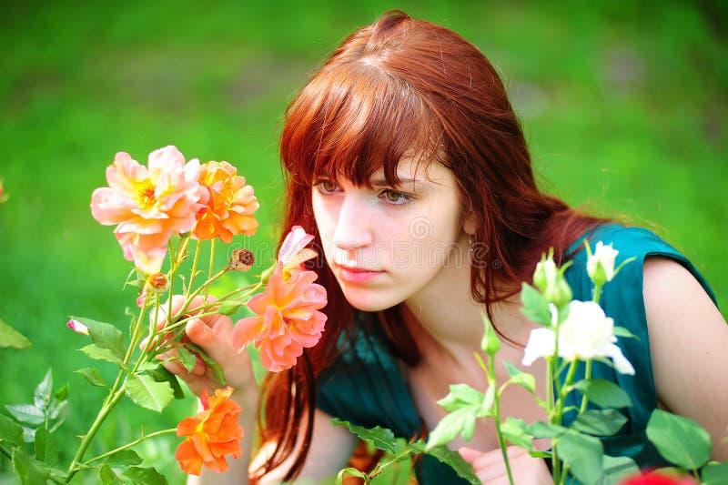 Femme dans le jardin des roses photographie stock