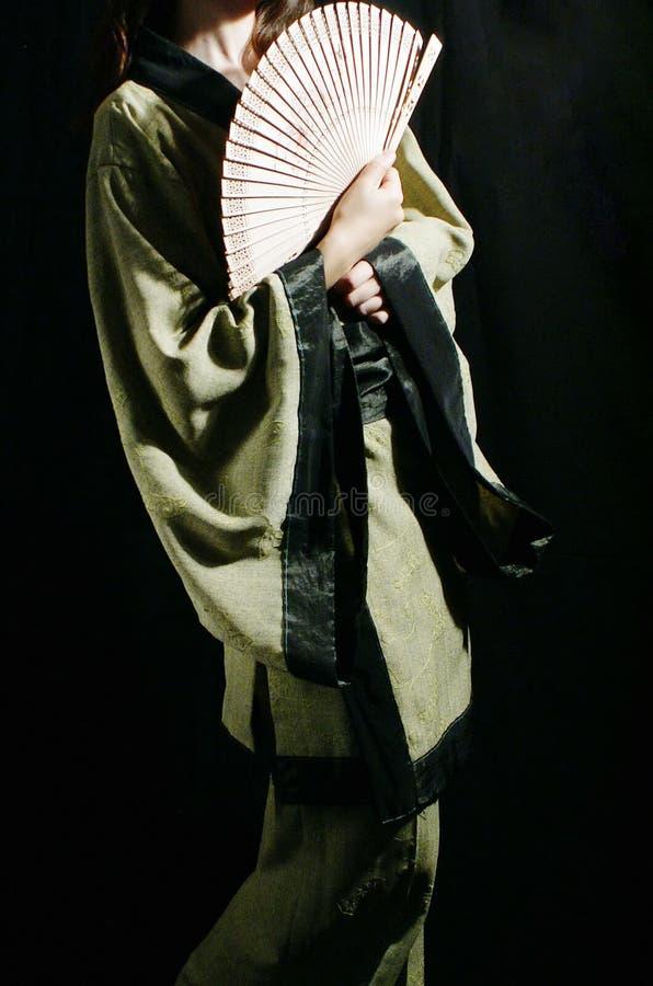 Femme dans le kimono vert images stock