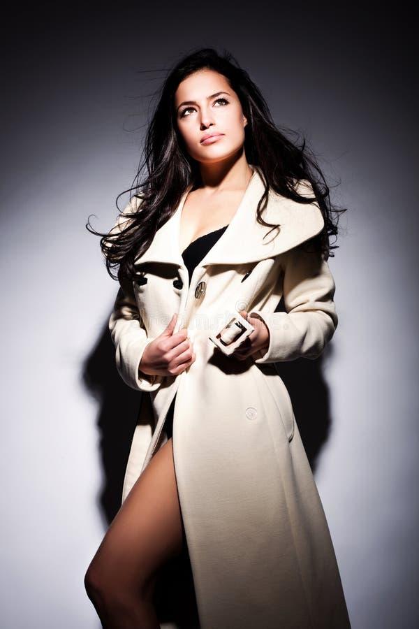 Femme dans le manteau blanc photo libre de droits
