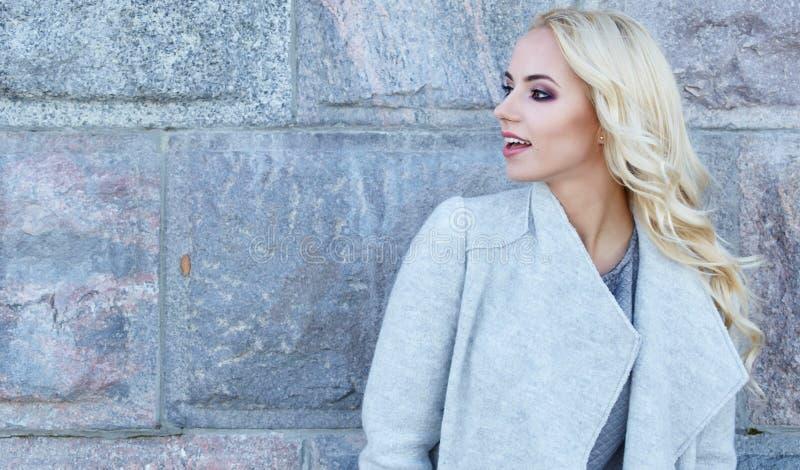 Femme dans le manteau d'automne image stock