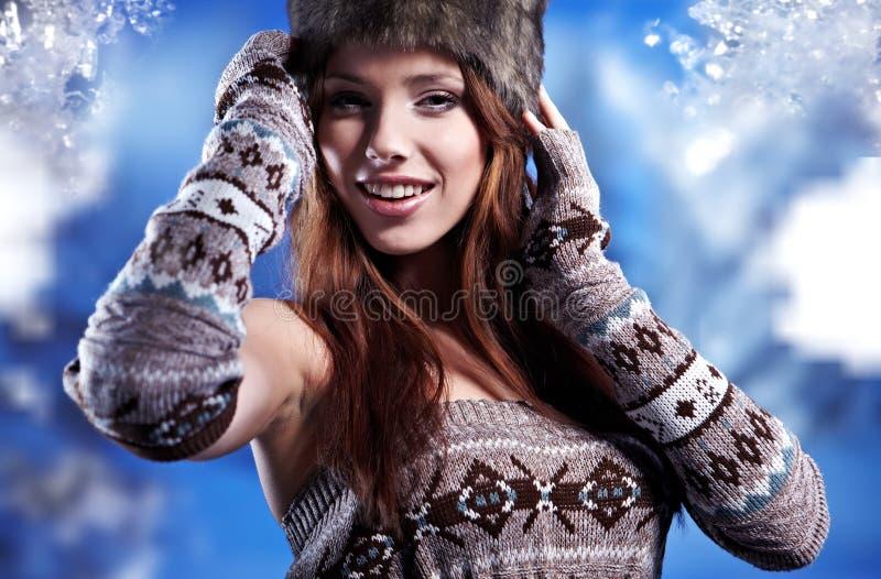 Femme dans le manteau de fourrure de l'hiver image stock