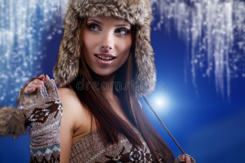 Femme dans le manteau de fourrure de l'hiver images libres de droits