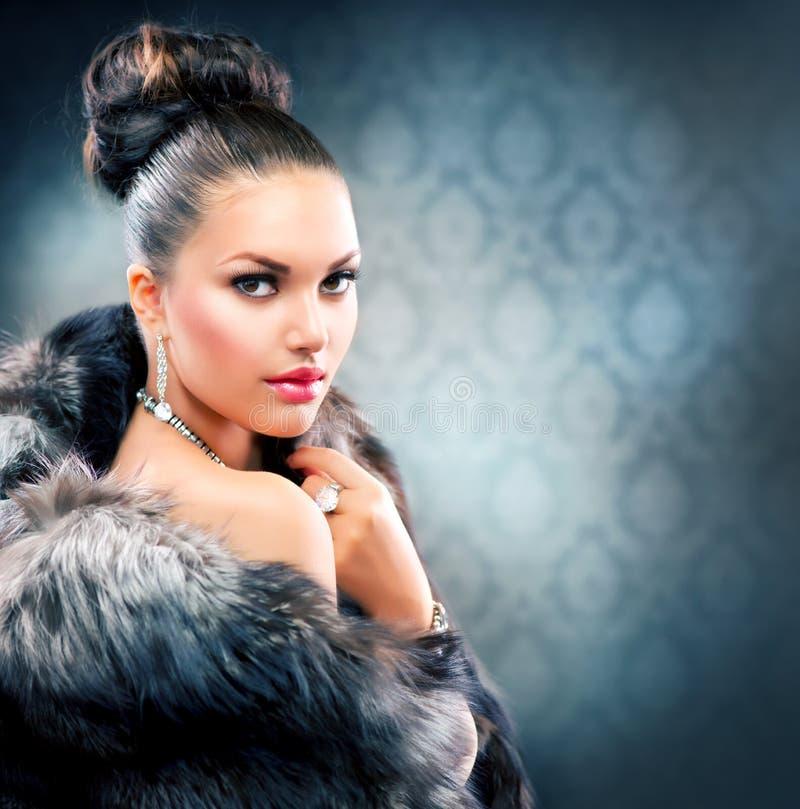 Femme dans le manteau de fourrure de luxe photos libres de droits