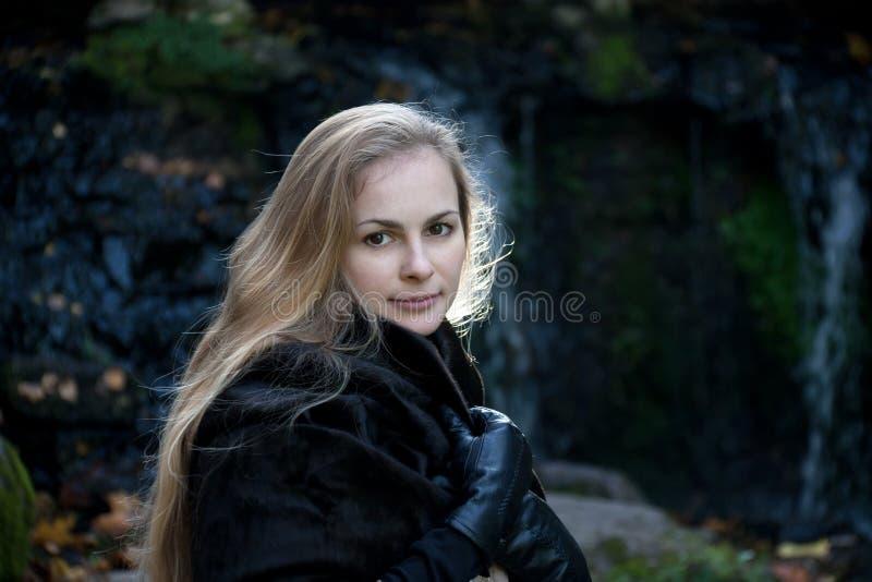 Femme dans le manteau de fourrure noir photographie stock libre de droits