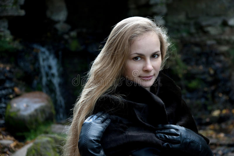 Femme dans le manteau de fourrure noir photos stock