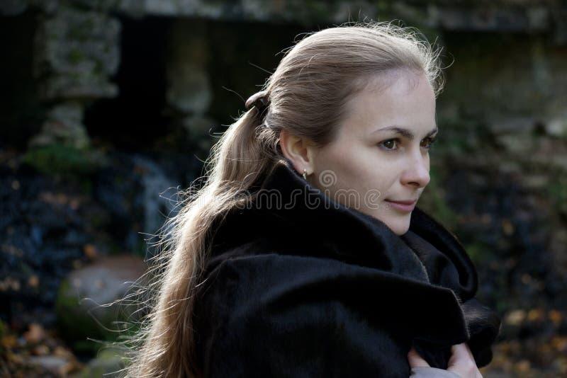Femme dans le manteau de fourrure noir photo libre de droits