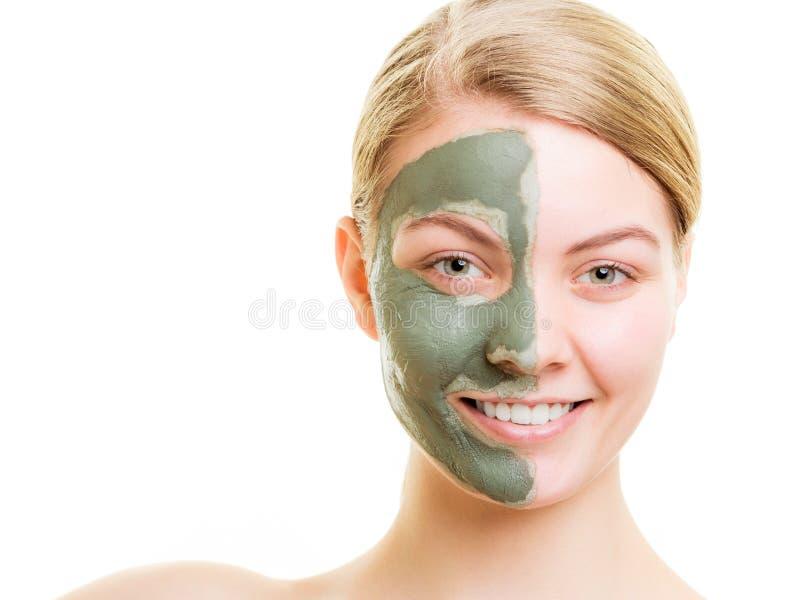 Femme dans le masque de boue d'argile sur le visage d'isolement sur le blanc photographie stock libre de droits