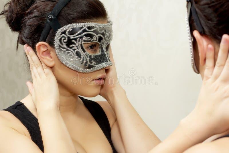 Femme dans le masque de carnaval photo stock