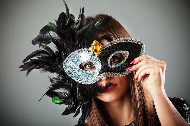 Femme dans le masque de carnaval photos stock