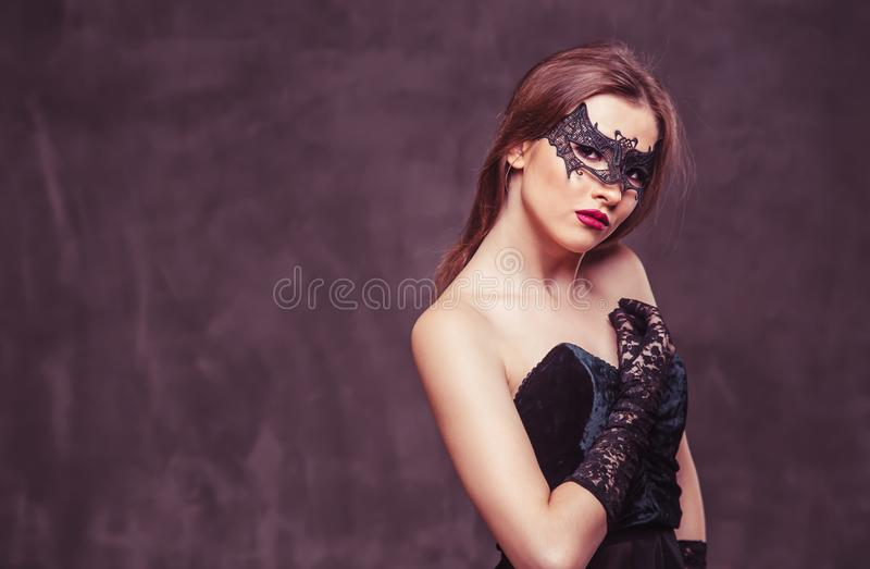 Femme dans le masque noir image libre de droits