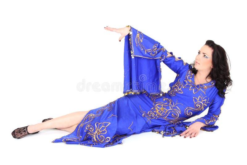 Femme dans le mensonge bleu de robe photos libres de droits